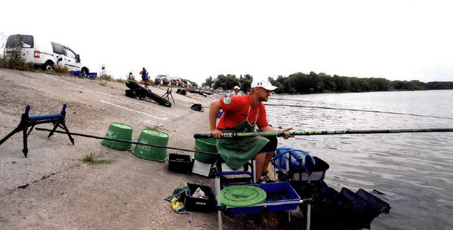 Рыболов на водоеме
