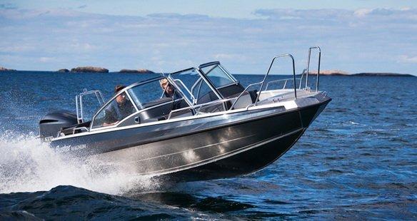 Хорошая лодка на водохранилище