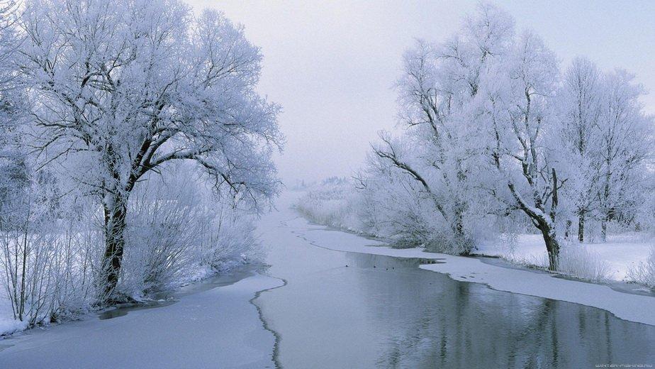 Не замерзшая река зимой