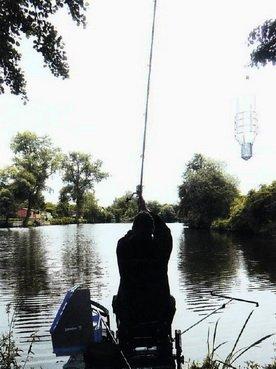 рыболов с фидером