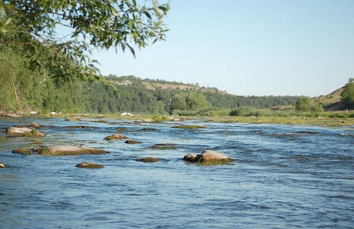 Перекат на реке Южный буг, где ловится рыба на удочку