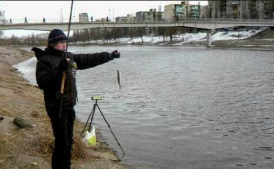 Зимой можно ловить в городе на реке