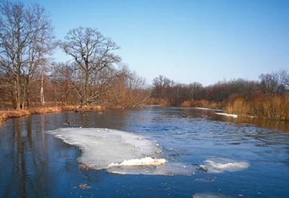 Лед тает на водоеме не равномерно