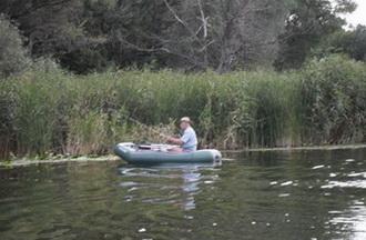 Найти место для карася можно с помощью лодки