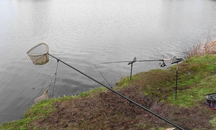 Удочка на рыбалке опускается под воду