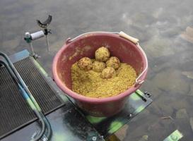 Корм для рыбы на рыболовном месте