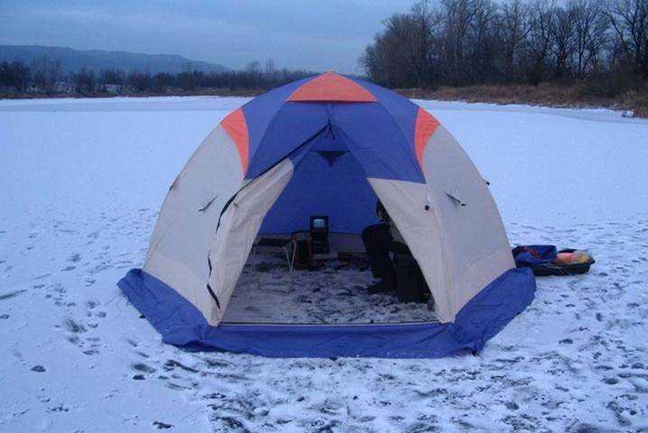 Для зимней ловли леща ночью необходима палатка