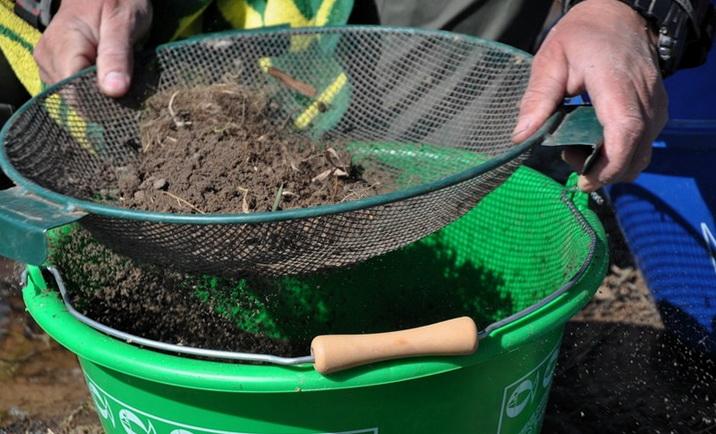 Просеивание грунта через сито - приготовление прикормки