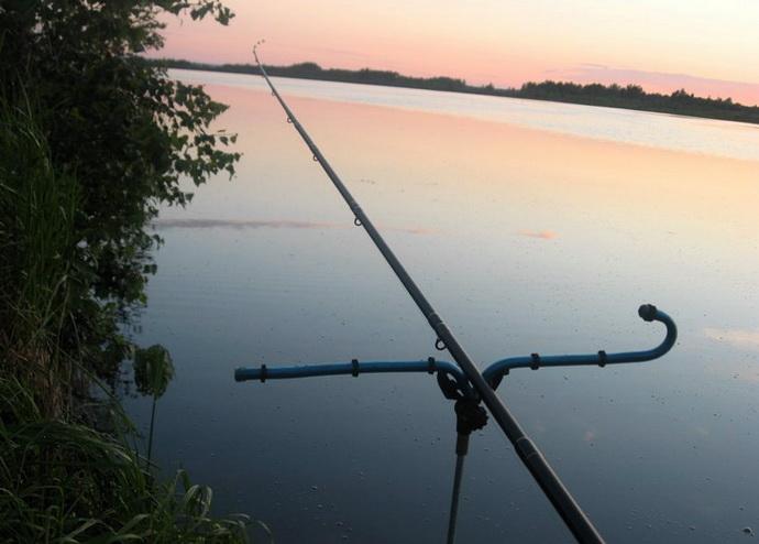 На рыбалке с фидером на реке