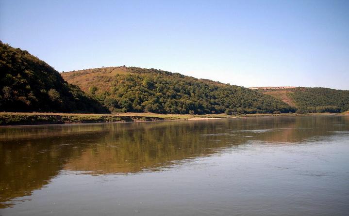 На реке много уловистых мест для рыбалки с фидером