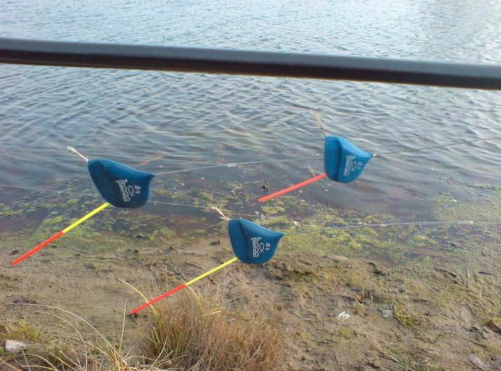Несколько оснасток с плоским поплавком для ловли на течении