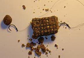 Кормушка с кормом для фидерной ловли