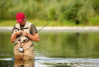 рыболов ловит нахлыстом