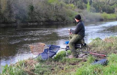 На реке рыбачат с кормушками
